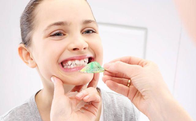 Пластины или брекеты детям: что лучше, чем отличаются, в каких случаях применяются конструкции, а также как решают проблемы с прикусом и есть ли разница в стоимости?