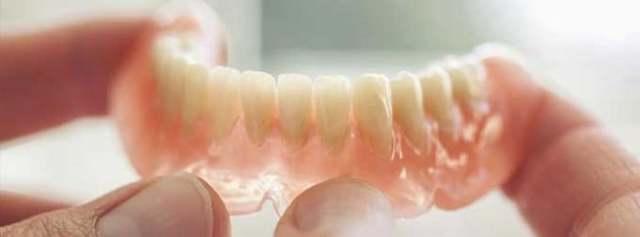 Как носить съемные зубные протезы, снимать ли их на ночь и для чего, можно или нет спать не извлекая, где правильно нужно хранить?