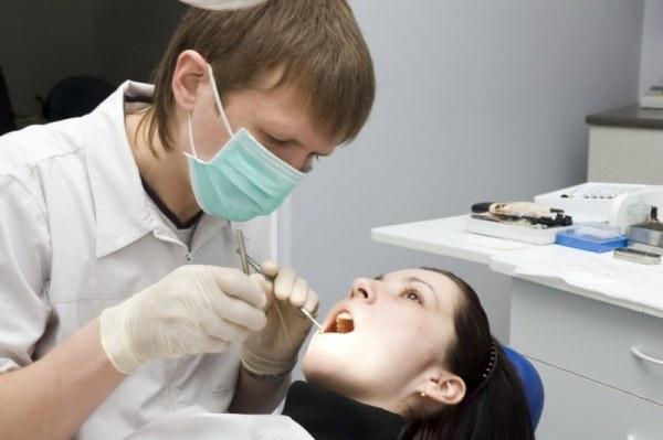 Как снимают коронку с зуба из керамики и иных материалов: причины для удаления протеза с передней или другой части челюсти, а также какими методами можно его снять?