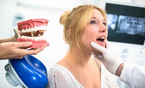Натирают зубные протезы: что делать, чем и как лечить натертости, а также какие есть профилактические меры, предотвращающие болевые ощущения?