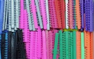 Для чего нужны на брекетах резинки: зачем используют, как одевать, а также виды эластичных креплений и правила их ношения