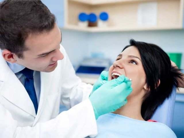 Как привыкнуть к съемным зубным протезам с небом: как долго идет адаптация к конструкции из пластмассы, как правильно ухаживать за ней, чтобы быстро приспособиться?